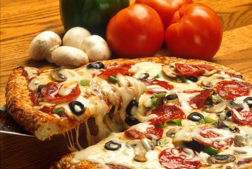 焚き火でピザを作ろう!アルミホイルで焼く方法