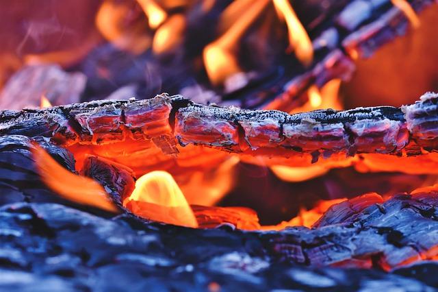 焚き火で大活躍するなた!使い方やおすすめなたを紹介!_1