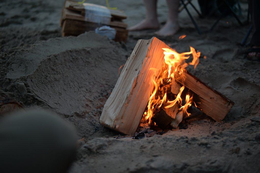 実は色々ある!焚き火の燃料の種類_2
